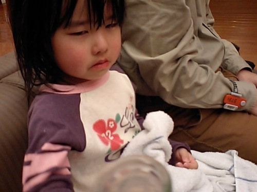 Oh,dear! She spilled it over her shirt, and was scolded by her dad (T_T)